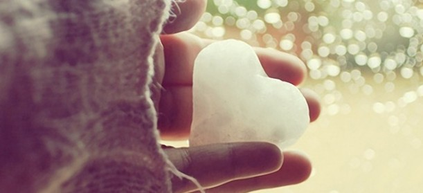 Hand-Holding-Snow-Love-Heart