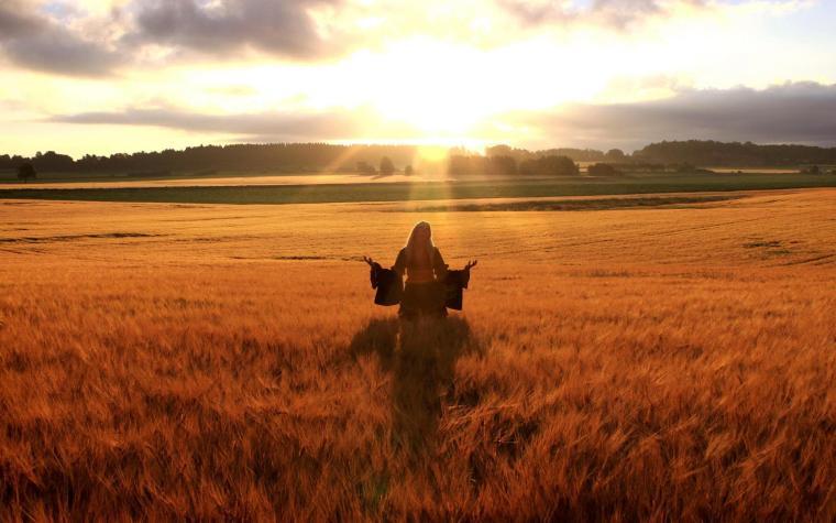 happy_woman_in_golden_wheat_field