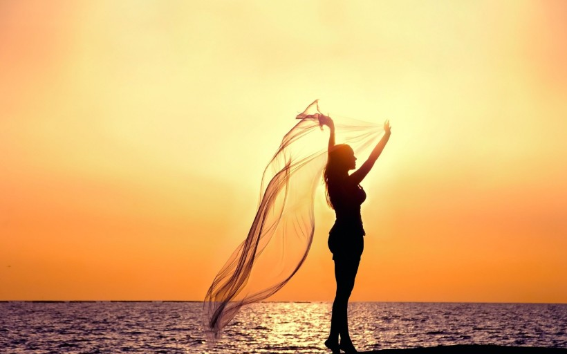 woman-with-veil-in-the-sunset-on-the-beach-2560x1600-wide-wallpapers.net